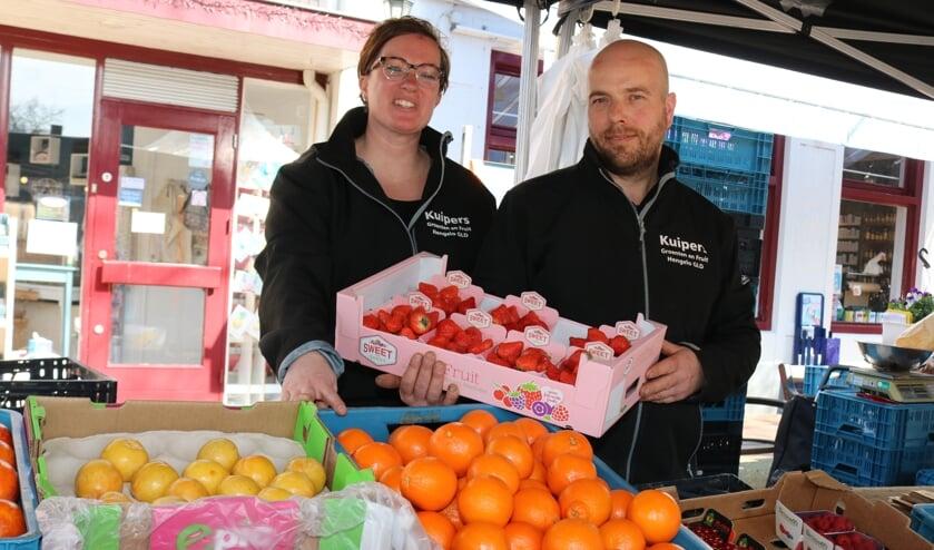 <p>Agnet &nbsp;Besselink en Jurgen Kuipers stonden afgelopen woensdag voor de laatste keer op de Lochemse markt. Foto: Arjen Dieperink</p>