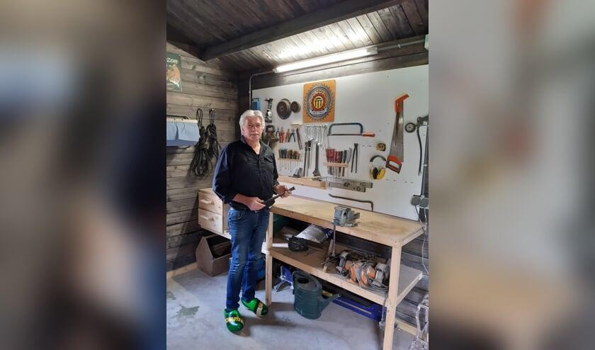 <p>Allround vakman Teunis klust ook na zijn pensioen graag thuis verder. Het bord &lsquo;Teunis Timmer Toko&rsquo; herinnert hem aan een mooie tijd bij de Feestfabriek. Foto: Ceciel Bremer</p>