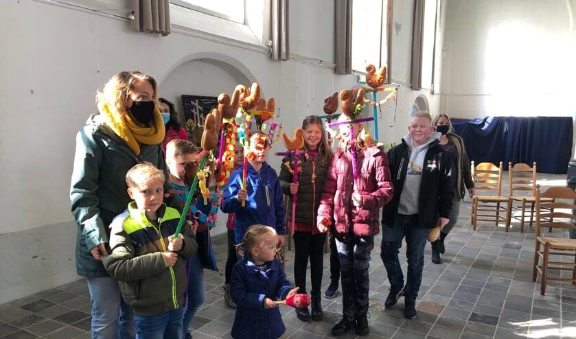 <p>Kinderen met hun palmpasenstok in de kerk. Foto: PR</p>