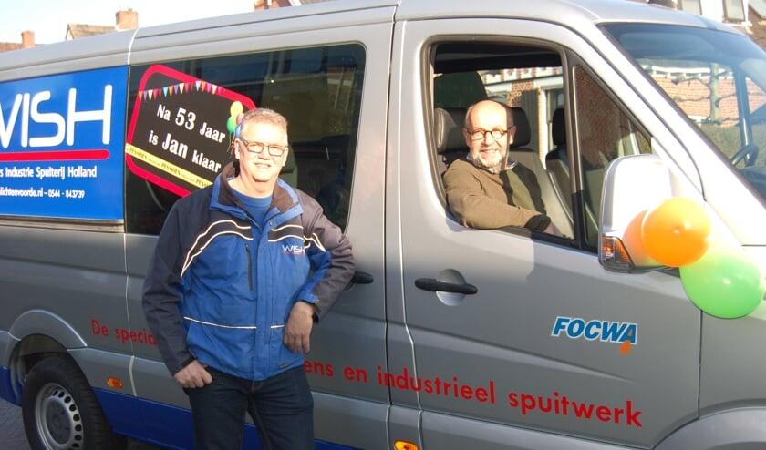 Jan Oonk werd op zijn laatste werkdag thuis opgehaald door zijn werkgever Henk Wiggers. Foto: Verona Westera