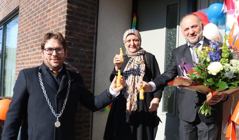 <p>Burgemeester Sebastiaan van &#39;t Erve proost met Ridder Ayse Boya - Armut en haar man Mustafa Boya. Foto: Arjen Dieperink</p>