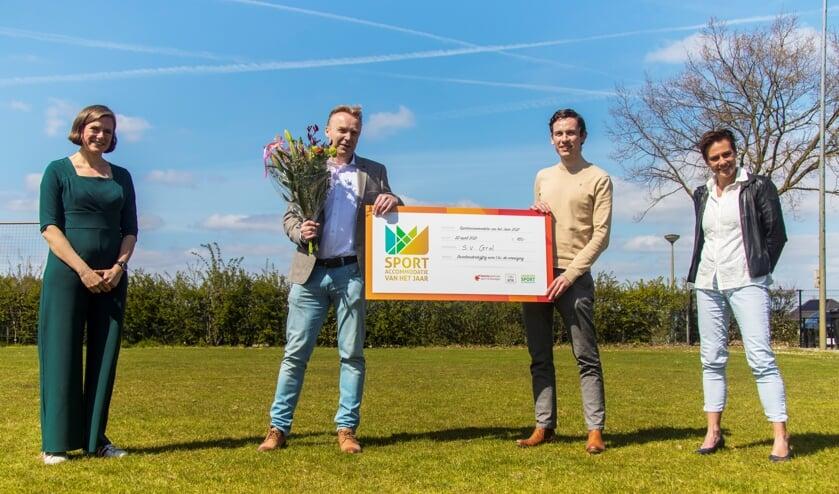 De uitreiking door twee juryleden van de derde prijs aan de Grolvertegenwoordigers Floris Geessinck (rechts) en Hiljon te Boome (links). Foto: PR