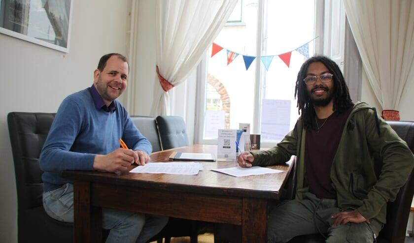 <p>Gijs Peteroff (links) en medewerker Patrick Ritzerveld. Foto: PR</p>