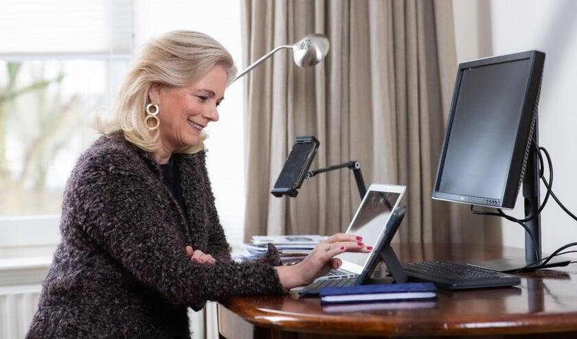 <p>Met een bezoek aan de website vrijwilligersvacturebankzutphen.nl heeft Annemieke Vermeulen de offici&euml;le lancering bekrachtigd. Foto: Petra van Vliet</p>