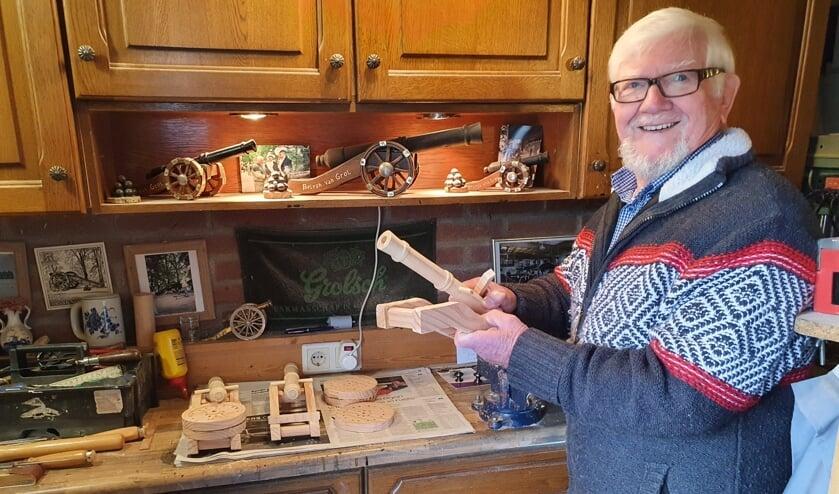 <p>Henk in zijn hobbyruimte. Foto: Henri Walterbos&nbsp;</p>