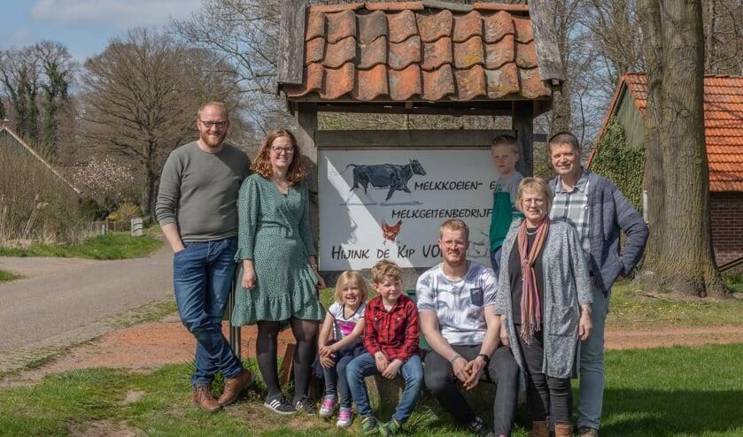 <p>De familie Hijink. Van links naar rechts: Bram, Simone, Fien, Teun, Jochem, Guus, Hetty en Gerard. Foto: Nicky Heinne - Fotografie</p>
