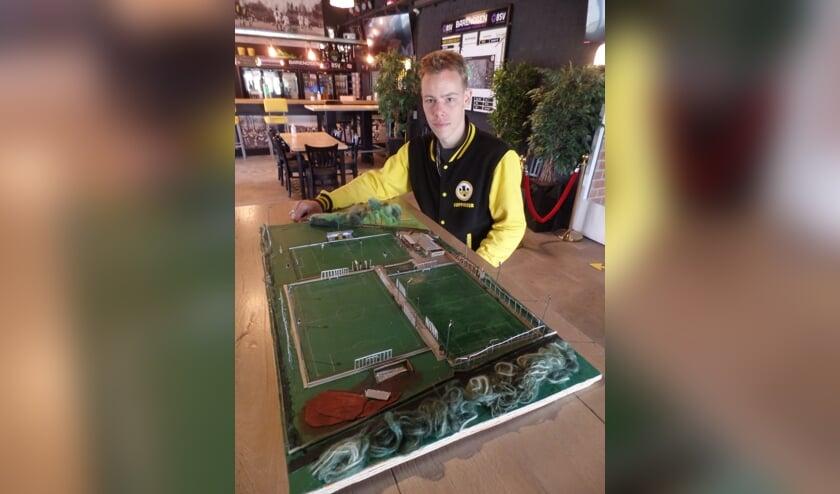 <p>Trots presenteerde Damian Piekaar zaterdag zijn maquette van sportpark &#39;t Grote Veld van VV Vorden. Foto: Jan Hendriksen</p>