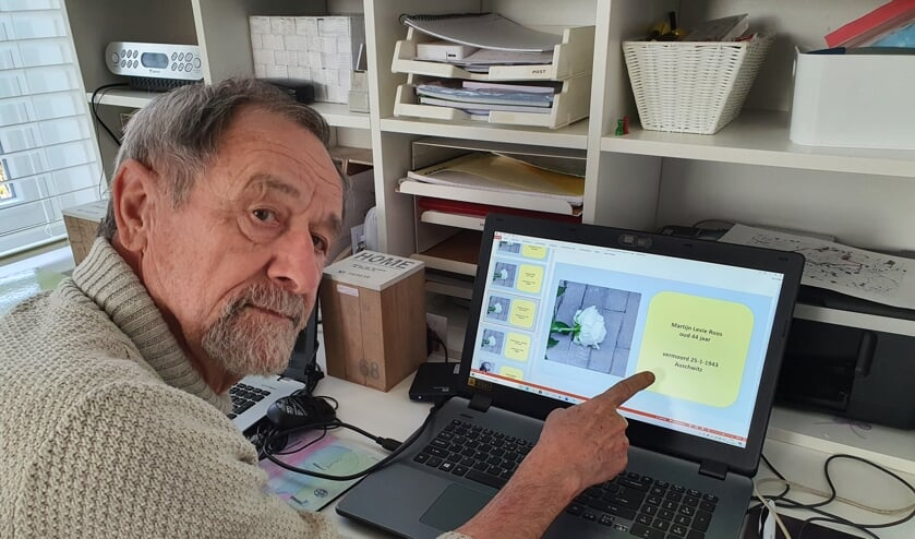 <p>Henk Gerrits achter zijn laptop, wijzend naar een van de namen &#39;zonder gezicht&#39;. Foto: Henri Walterbos</p>