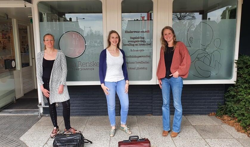 <p>Ineke Bosmann (l.) is nieuwe maat van Renske van der Most (m.) in de verloskundigenpraktijk &lsquo;Zorg voor Groei&rsquo; waarvan Anouk Spreij (r.) afscheid heeft genomen. Foto: PR</p>