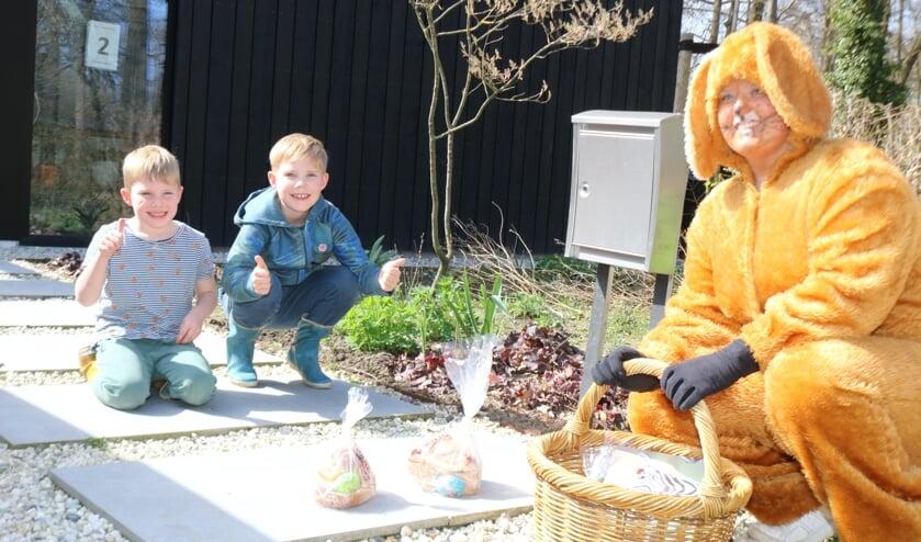 <p>Mees (l) en Daaf (m) vonden het prachtig dat Paashaas Bo de Paaslunch bracht. Foto: Arjen Dieperink</p>