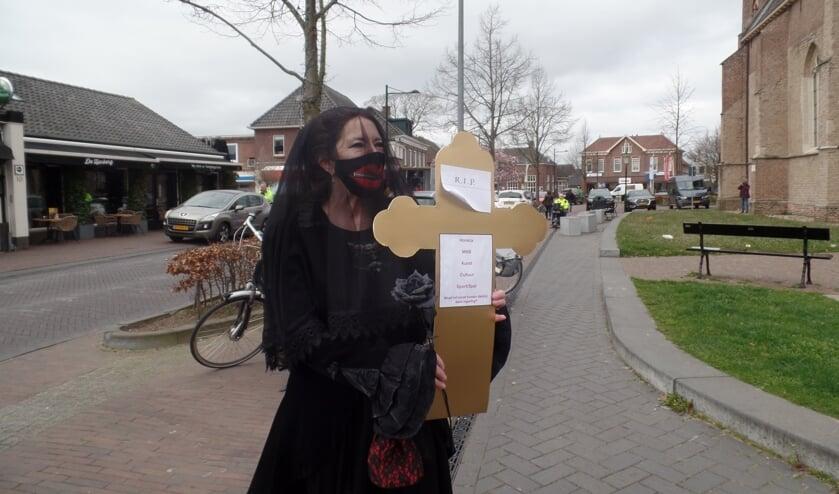 <p>Verena op den Noort tijdens haar Stille Kruistocht tegen de coronaregels. Foto: Jan Hendriksen</p>