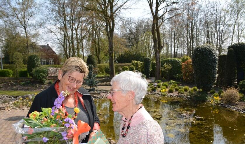 <p>Felicitaties en bloemen van Wilma Aalderink voor Dinie Gosselink. Foto: Diny Oosterlaken</p>