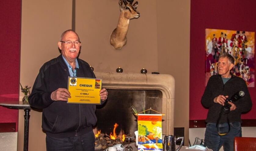 <p>Lammert Blikman (l.) en Toon Roelofsen van Radio Ideaal kregen een cheque van 1000 euro. Foto: Achterhoekfoto.nl/Liesbeth Spaansen</p>