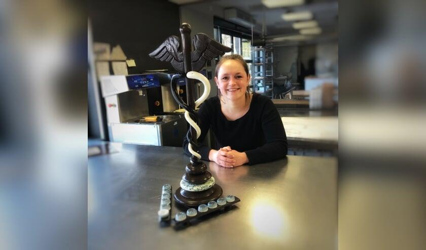 <p>Marieke ten Have presenteert haar Hermes-bonbons, met de kerykeion van chocolade. Foto: PR</p>