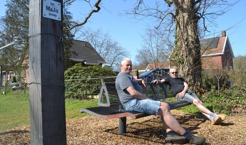 Matti Heideman (links) en Joop Navis zittend op het Majo bankje. Foto: Karin Stronks