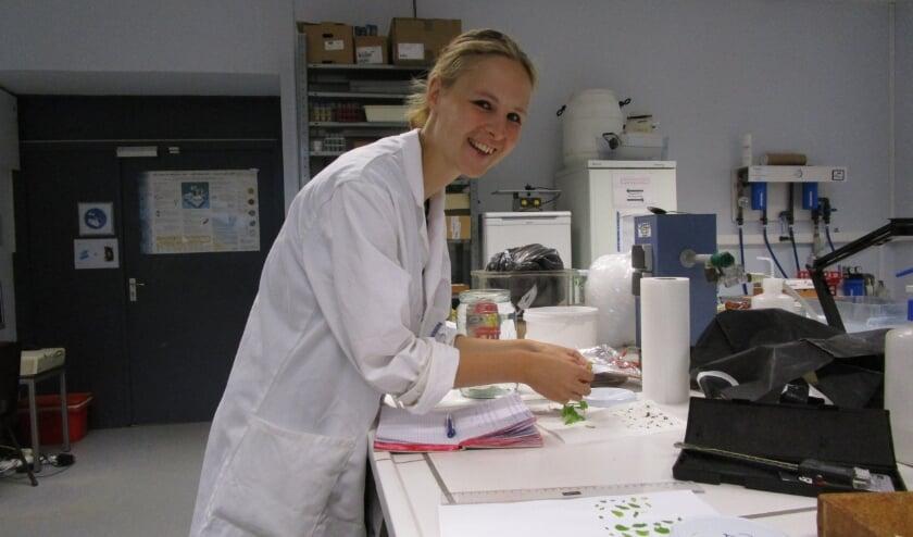 Rosanne Reitsema in het laboratorium. Foto: PR