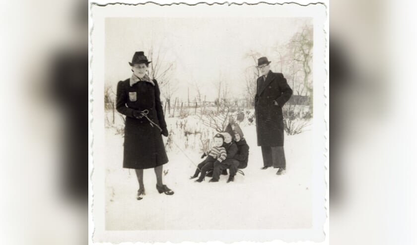 <p>Minke en Rinze met de drie oudste kinderen Stef Henca en Sita - januari 1943. &nbsp;Priv&eacute;foto&nbsp;</p>
