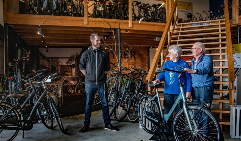 <p>Prijswinnaars Jan en Joke Harmsen en medewerker Jelte Jansen van Xycleservice. Foto: Liesbeth Spaansen</p>
