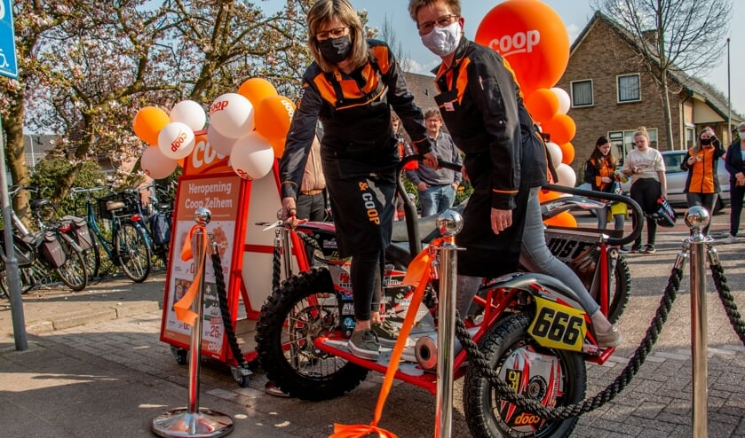 <p>Ans Beijenhof en Jolanda Flokstra verrichten vanaf de bak van de sidecar van team Barink de opening. Foto: Liesbeth Spaansen</p>