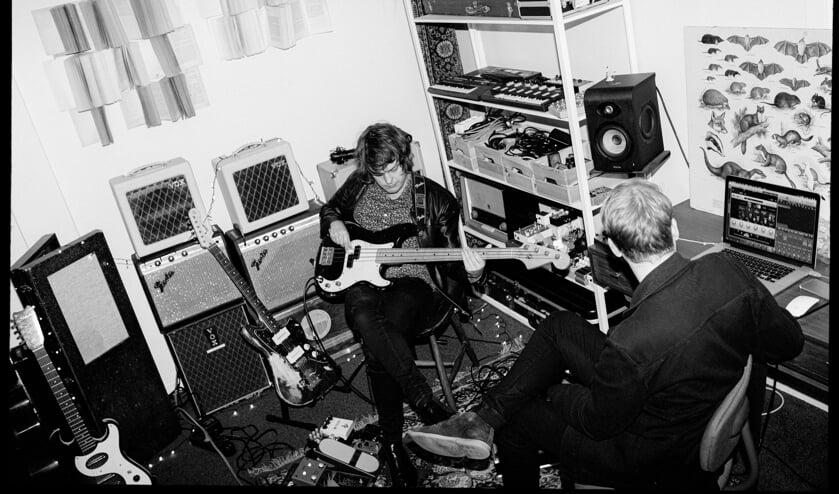 <p>Tom (rechts) achter de knoppen terwijl Danny inspeelt. Foto: Jantina Talsma</p>