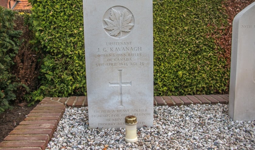 <p>De nieuwe grafsteen van Lt. John Gordon Kavanagh is vorig jaar in alle stilte geplaatst. Foto: Liesbeth Spaansen</p>