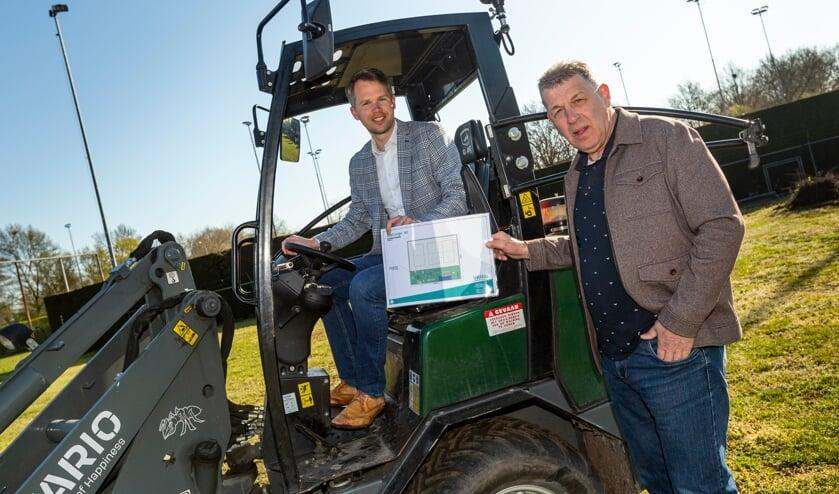 <p>Wethouder Bart Porskamp en Marcel Eekelder (rechts) laten de plattegrond van het aan te leggen Vitaal Park zien. Foto: Jurgen Pillen</p>