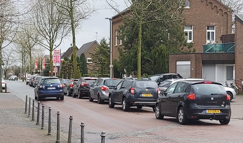 Een lange rij wachtenden voor het AVIA-tankstation in Suderwick. Foto; Waltraud Wensink