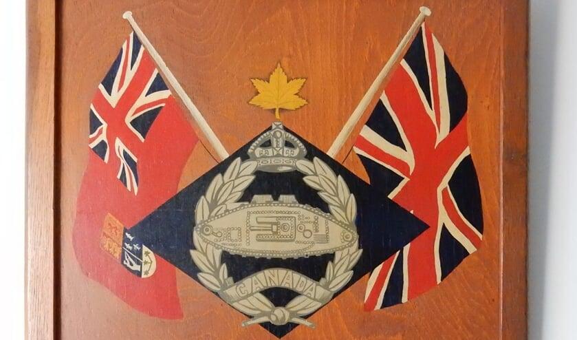 <p>De Vordense bevolking kreeg als dank voor hun ontvangst een wandbord van de Canadese bevrijders. De tekst daarop luidt: &quot;Aangeboden aan de burgerij van Vorden, door de mannen van het Head Quarter van de 2e Canadeesche Tankbrigade, in dankbare herinnering aan hun verblijf alhier. 16 juni 1945&quot;. Het wandbord hangt aan de muur in het Old Vorden Huus. Foto: Oud Vorden </p>