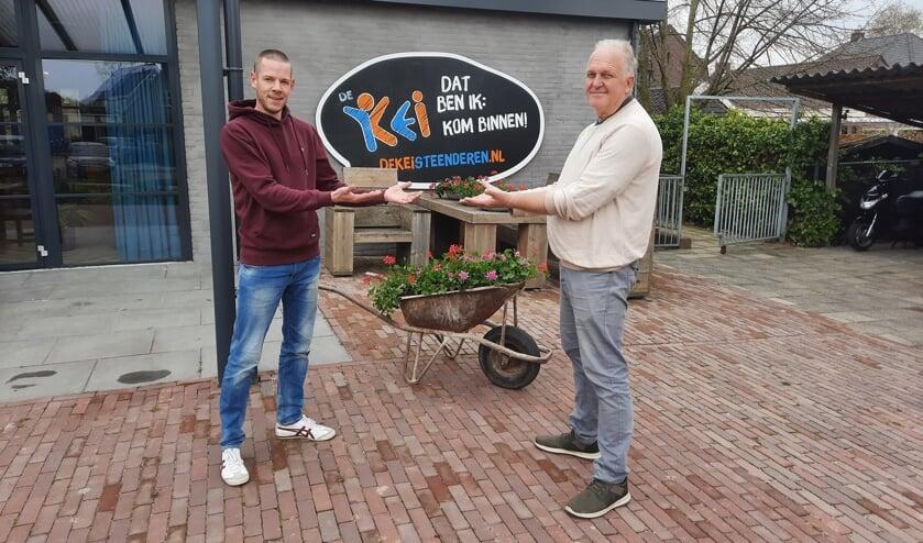 <p>Jasper Geurts wordt welkom geheten door Geert Postma (r) als sociaal cultureel werker bij de Kei. Foto: PR</p>
