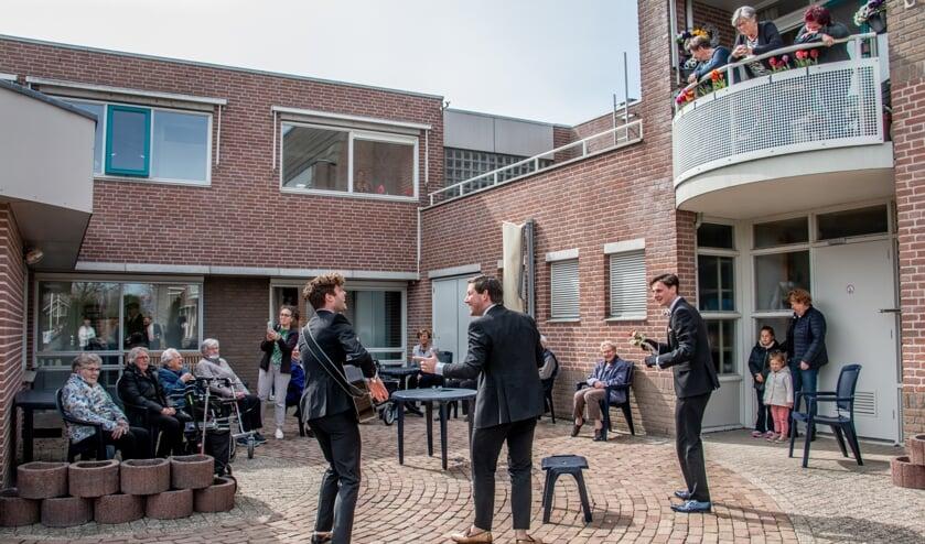 <p>Bewoners van De Bongerd genieten van Italiaanse klassiekers in de Steenderense zon. Foto: Achterhoekfoto.nl/Liesbeth Spaansen</p>