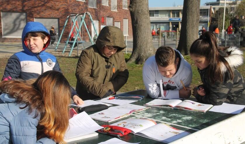Leerlingen van groep 5 van Daltonschool De Vlier zijn bezig met de taalopdracht. Foto Lineke Voltman