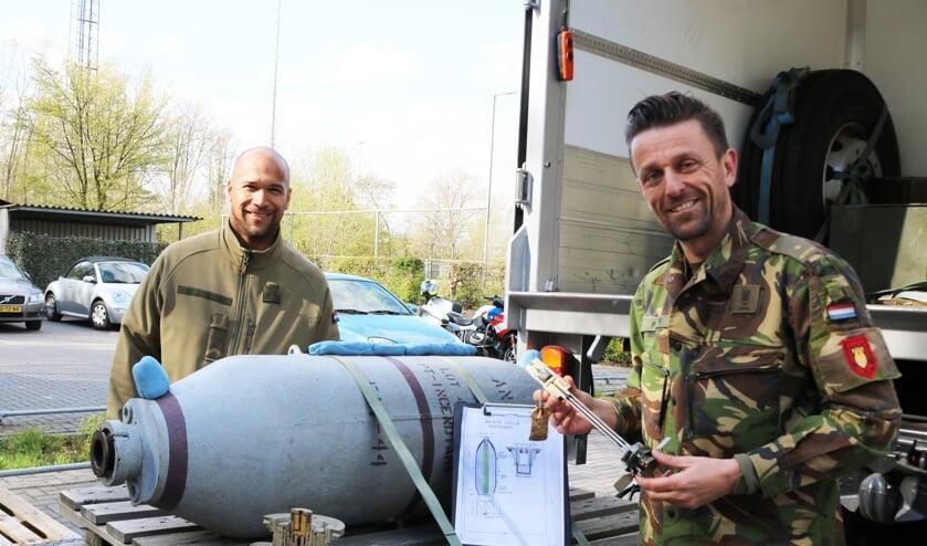 <p>Majoor Peter toont een opengewerkte ontsteking bij de dummybom. Foto: Arjen Dieperink</p>