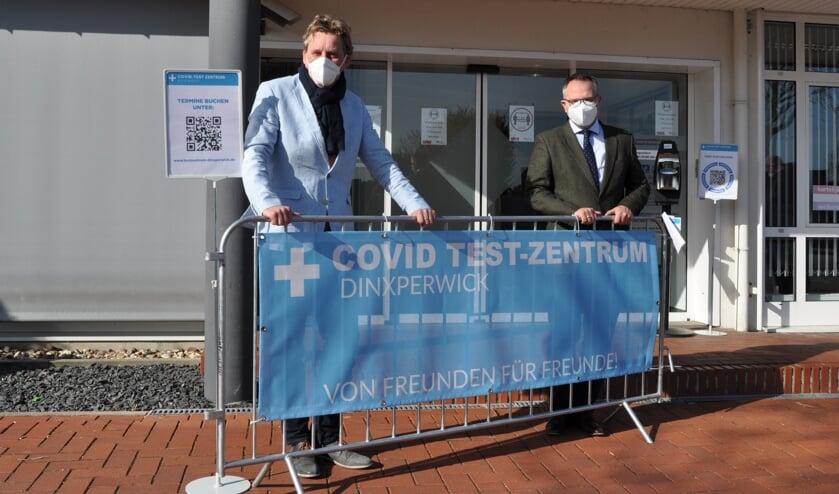 Burgemeester Stapelkamp en burgemeester Kerkhoff bij  het testcentrum. Foto: Esther Nederlof