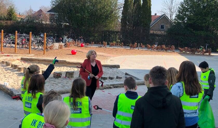 <p>Wethouder Anjo Bosman bezocht onlangs tijdens de Landelijke Opschoondag een aantal scholen in de gemeente. Foto: Gemeente Berkelland</p>