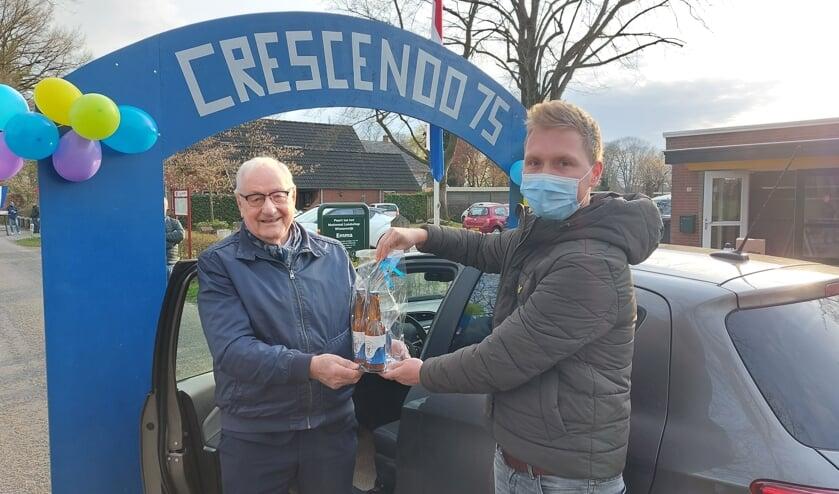 Thijs Huls overhandigt het eerst bierpakketje aan Hugo Klein Severt. Foto: Han van de Laar