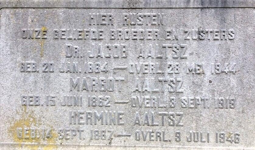 <p>De grafsteen van een broer en twee zussen Aaltsz. Foto: PR<br><br></p>