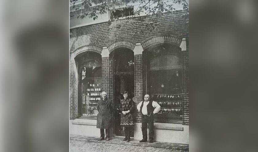 <p>V.l.n.r. Jan Winters, Riekske Wissink en Hent Wissink voor de winkel (opticien en juweliers) aan de Spalstraat. Archief Willy Hermans</p>