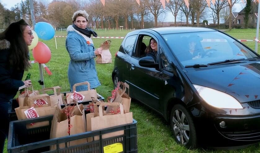 <p>De commissieleden kregen in de drive-through een pakketje voor een gezellige vergadering. Foto: Paul Harmelink</p>