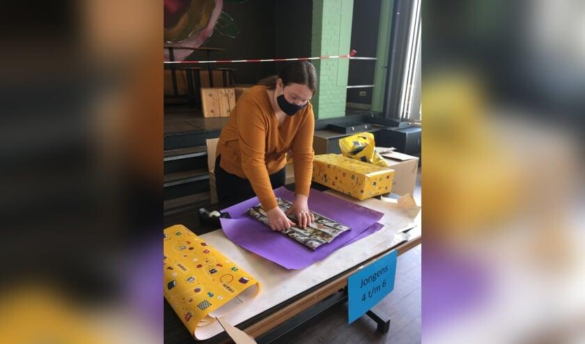 <p>Studenten van het Graafschap College in Groenlo pakken de cadeaus in. De Voedselbank zorgt dat ze op de juiste plek terechtkomen. Foto: PR</p>