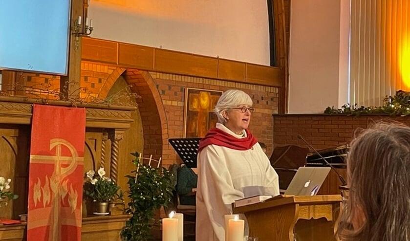 <p>Alleke Wieringa tijdens haar intrededienst bij de Remonstrantse kerkgemeente Lochem-Zutphen. Foto: Mieke van Elk</p>