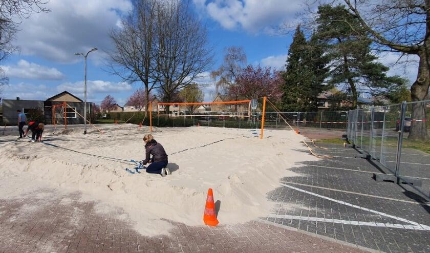 <p>De beide beachvelden van Dash worden in gereedheid gebracht; er kan vanaf 6 april worden gevolleybald. Foto: PR</p>