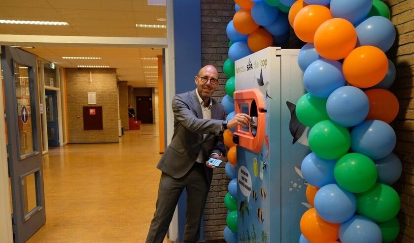 <p>Wethouder Harry Matser opent de automaat door het eerste lege flesje in te leveren. Foto: Bas van Lith </p>