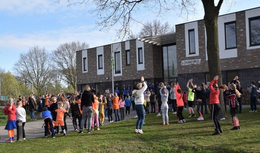 <p>Met het dansen op het lied 'Zij aan zij' begonnen de kinderen van Pannevogel aan een ochtend Koningsspelen. Foto: Alice Rouwhorst</p>
