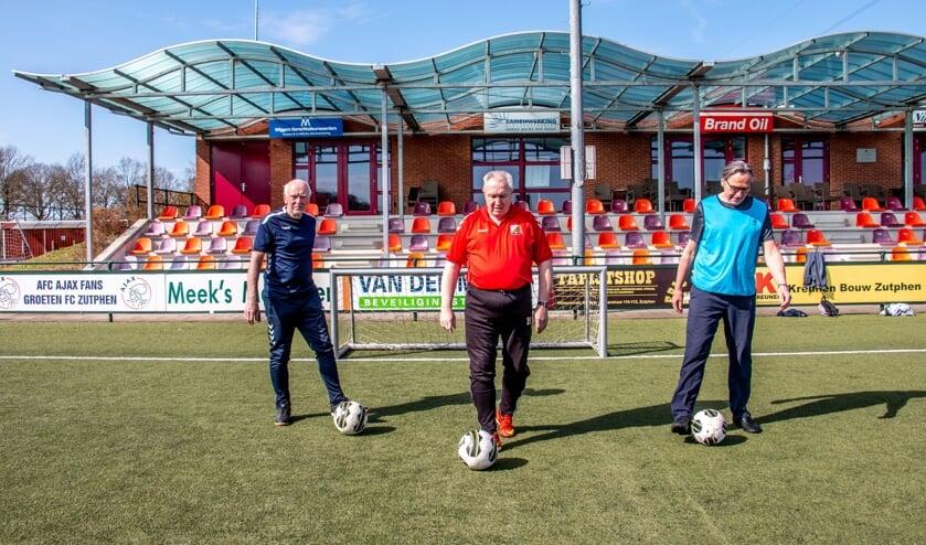 <p>Ambassadeur Adjan Pepers (l.) Evert Koster van FC Zutphen (m.) en Gerard Geerken van Warnsveldse Boys promoten OldStars <em>Walking Football</em>. Foto: Liesbeth Spaansen</p>