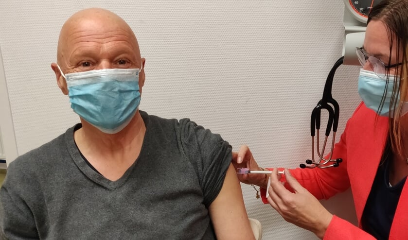 Een patiënt wordt gevaccineerd met AstraZeneca. Foto: PR
