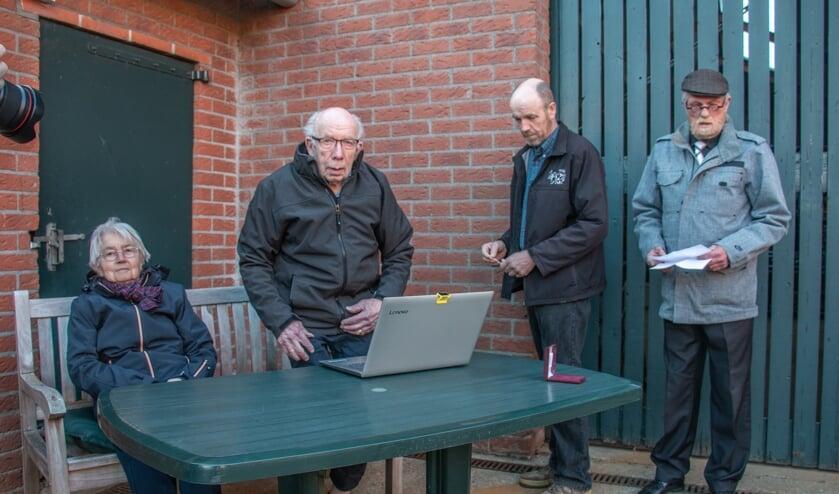 <p>Jubilaris Gerrit Teunissen (tweede van links) met zijn vrouw Corrie, zoon Lammert en voorzitter Dirk-Jan Huntelaar (r). Foto: Liesbeth Spaansen</p>