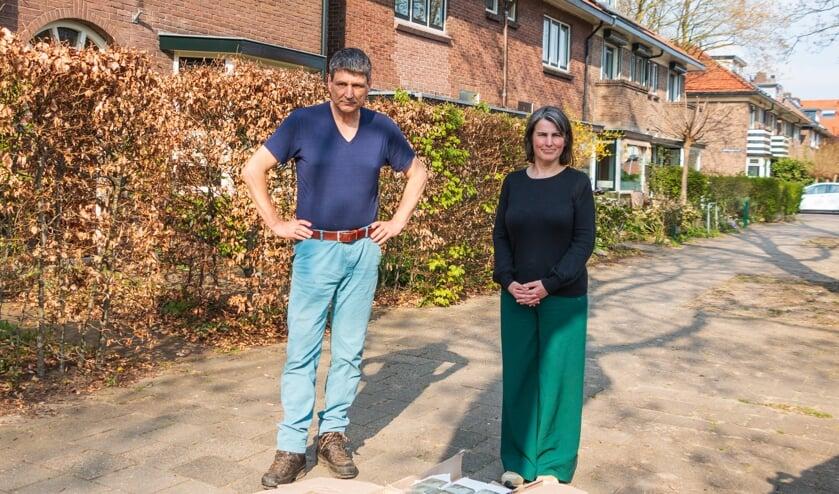 <p>Michiel Schoenmakers en Corine Abbas met de Stolpersteine. Foto: Henk Derksen</p>