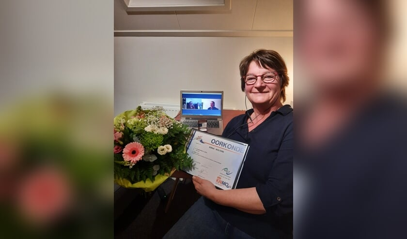 <p>Sonja Wolters ontvangt de oorkonde, bloemen en digitale felicitaties voor haar 40-jarig jubileum. Foto: PR St. Agatha</p>