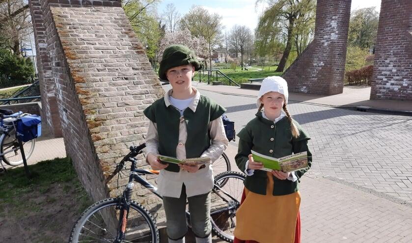 <p>Harmen en Bregje bij de eerste opdracht van de route 'Onder vuur'. &nbsp;Foto: Kyra Broshuis</p>