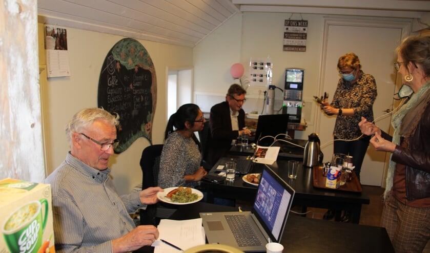 <p>Ook de vrijwilligers in De Ahof en gastheer burgemeester Stapelkamp genieten van de maaltijd. Foto: Lydia ter Welle</p>